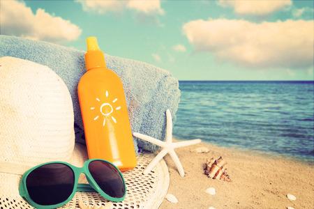 Straw hat,sunglasses, towel and starfish on sand beach. Archivio Fotografico