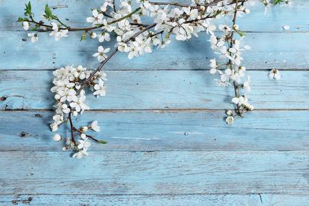 나무 배경에 꽃
