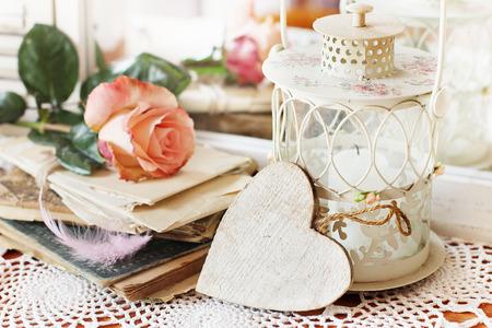 미러 배경에 초라한 스타일에서 복숭아 장미의 아름 다운 꽃다발