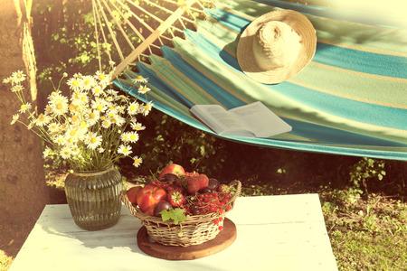 corbeille de fruits: fruits frais dans un panier. Summertime dans le jardin
