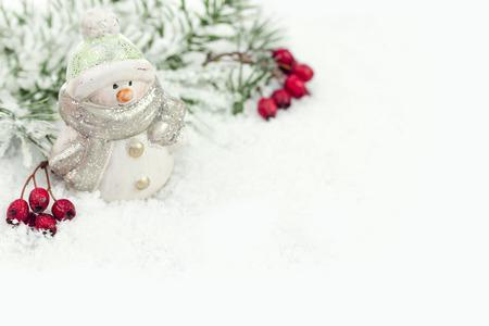 Muñeco de nieve con la nieve de fondo de invierno