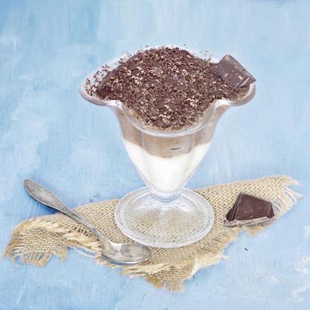 vanilla pudding: Chocolate and vanilla pudding cup