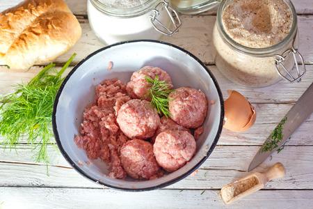 albondigas: Cocinar grandes albóndigas caseras para la cena.