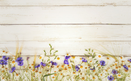 fiori di campo: fiori di campo estivo e di segale su fondo in legno