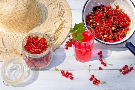 jugo de frutas: jugo fresco con frutas pasas de Corinto Foto de archivo