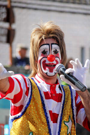 Monchique, Algarve, Portugal. Circa February 2014. Clown entertaining at a yearly school Carnival in Portugal. 新聞圖片