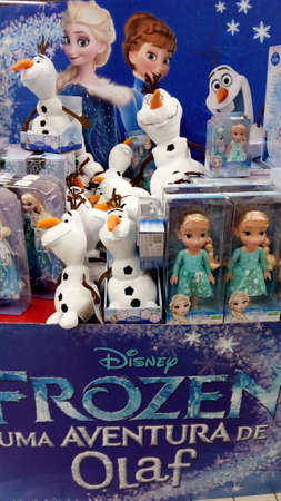 Portugal, Algarve. Circa November, 2017. Selection of Frozen toys from the Movie Frozen for sale on a display stand in a supermarket in Portugal. 新聞圖片