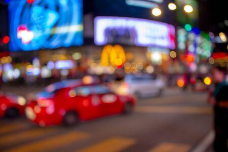 クアラルンプールの夜の街の通りで明るいカラフルな照明と焦点を当て解除背景。