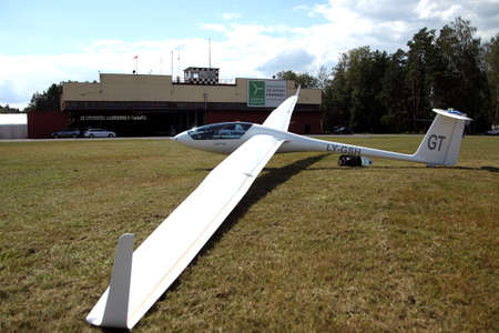 Glider plane standing on grass airport runway, at Pociunu airport, Lithuania Banque d'images