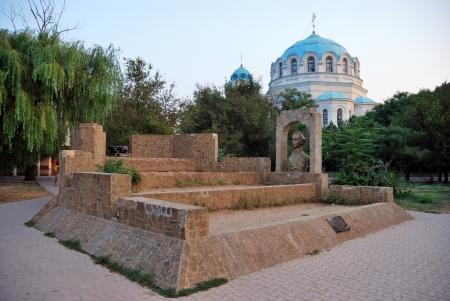 tereshkova: Monumento al comandante russo AV Suvorov contro le cupole della Cattedrale di San Nicola nel parco sul lungomare di loro Tereshkova in Yevpatoriya Ucraina, Crimea