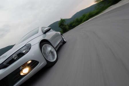 versnellen auto op de weg op de berg