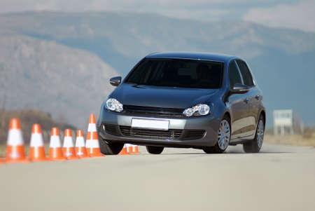 proefrit een auto op de testlocatie met kegels