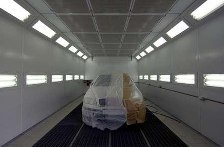 La vettura è preparata nel reparto verniciatura