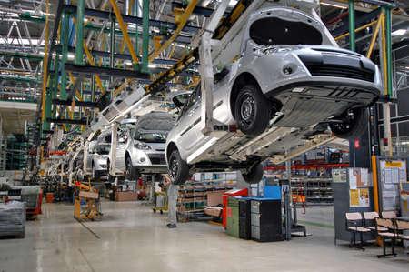 mecanico automotriz: línea de producción de automóviles