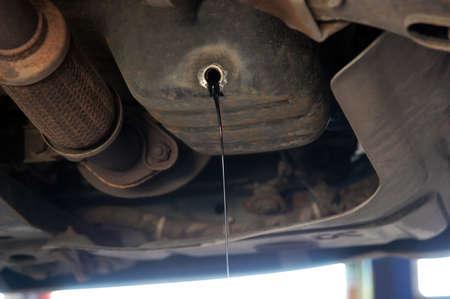 Fuga de aceite del motor de un coche cauce Foto de archivo