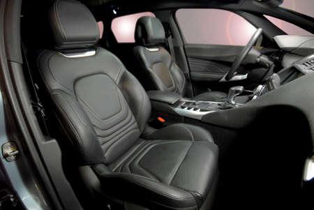 asiento coche: Asientos de cuero delanteros de un coche de lujo