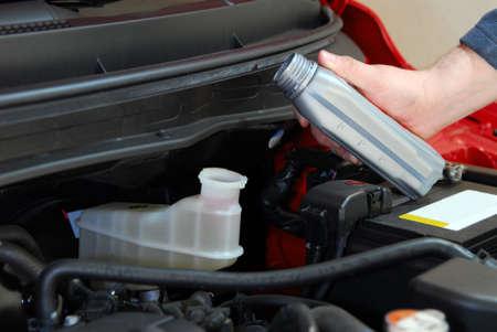 車にブレーキ液を追加します。