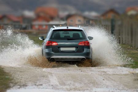 Auto fährt durch Wasser Standard-Bild - 34047843
