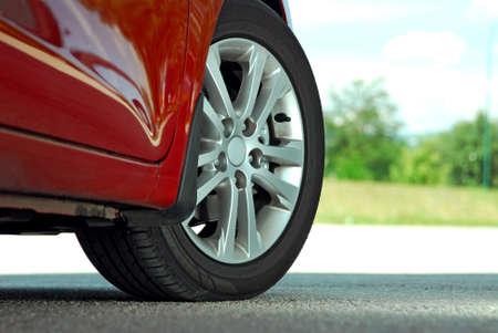 alto rendimiento: neum�ticos y ruedas de aleaci�n en este coche deportivo de alto rendimiento