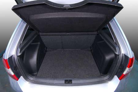 空の車トランク