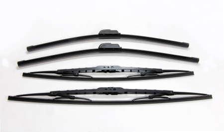quattro auto tergicristalli su uno sfondo bianco