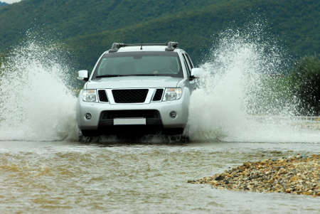 4x4: SUV crosses the river