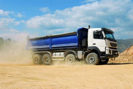 anuncio publicitario: camión grande en una cantera