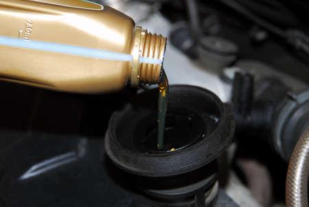 Adición de aceite a un coche
