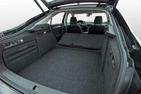tronco: tronco de coche vacío con asientos plegados Foto de archivo