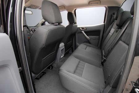 mit Stoff bezogene Rücksitze in einem Geländewagen Standard-Bild
