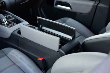 Open storage box between front car seats Stockfoto
