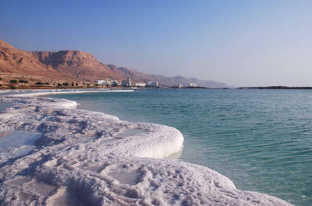 mares: Tipo de fuera de las aguas de la costa y hoteles Foto de archivo