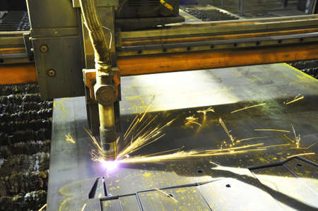 laser cutting torch machine in an industrial plant cuts sheet metal. Industry 免版税图像