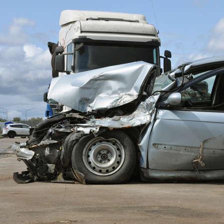 Auto-ongeluk na een ongeval. Kapotte auto op de weg.