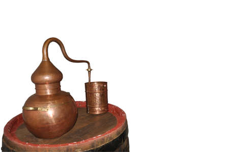 Alembic Copper - Distillation apparatus employed for the distillation of alcohol, essential oils and moonshine. Modern wine distillery for the home made of the wine isolated on white. Banque d'images