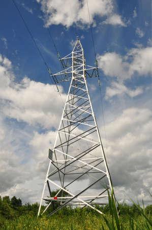 Power line mast against the blue sky. Energetics Banque d'images