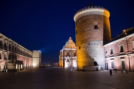 Courtyard and tower of royal castle in the city of Lublin in the evening at night, Poland Imagens