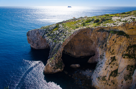 View of Blue Grotto, Maltese mediterranean seacoast and the island of filfla from Blue Wall and Grotto Viewpoint, Malta 免版税图像