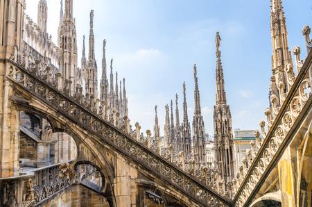 Weiße Marmorstatuen auf dem Dach des berühmten Duomo di Milano Cathedral im alten historischen Stadtzentrum, blauer Himmel weiße Wolken, Mailand, Lombardei, Italien Standard-Bild