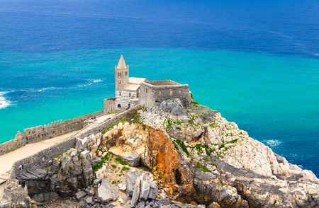 Chiesa San Pietro catholic church, Lord Byron Parque Natural park De Portovenere town on stone cliff rock, turquoise water of Ligurian sea, Riviera di Levante, La Spezia, Liguria, Italy, close-up 版權商用圖片