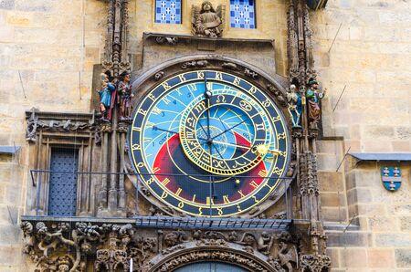 Primo piano dell'orologio astronomico di Praga Orloj con piccole figure situato nell'edificio medievale del Municipio della Città Vecchia nel centro storico della Città Vecchia di Praga, Repubblica Ceca, Boemia, Europa Archivio Fotografico