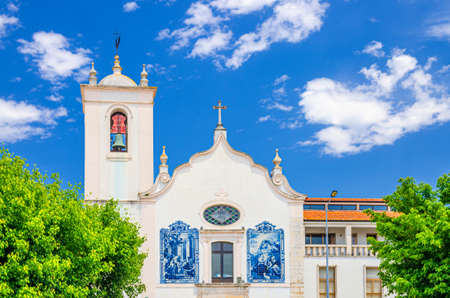 Aveiro, Portugal, June 13, 2017: Vera Cruz catholic church azulejos-tiled building, Paroquia da Vera Cruz - Igreja Matriz in Aveiro city historical center in sunny summer day, blue sky background 新闻类图片