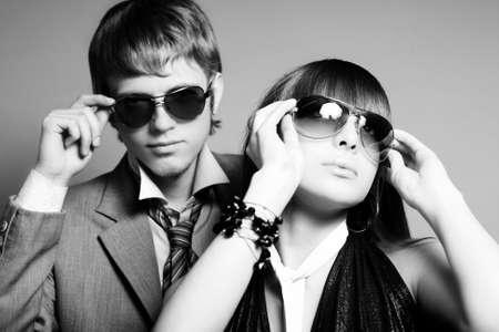 fashionable couple: Pareja joven de moda con gafas de sol Foto de archivo