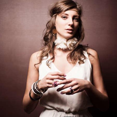 mujer hippie: Hermosa mujer joven hippie