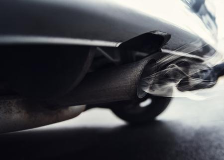 Foto eines alten Autos, welches mit Diesel Abgasen, Stickoxide, CO2 die Umwelt verschmutzt und von einem Fahrverbot bedroht ist.