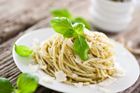 Spaghetti with green pesto Banque d'images
