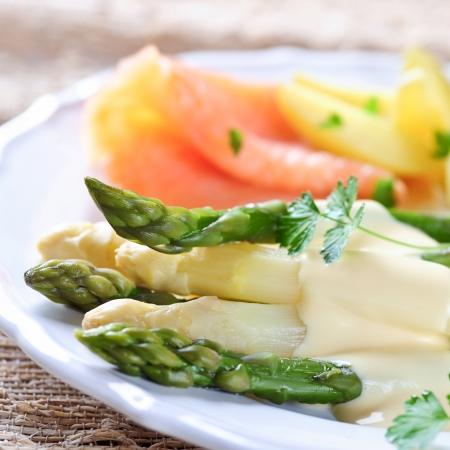 groene en witte asperges met aardappelen en gerookte zalm