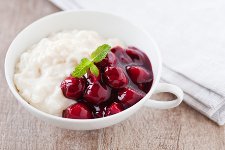 rice pudding with hot cherries  Banque d'images