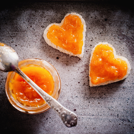 Sweet invitation for breakfast! Hearty toast bread with fresh apricot jam Reklamní fotografie