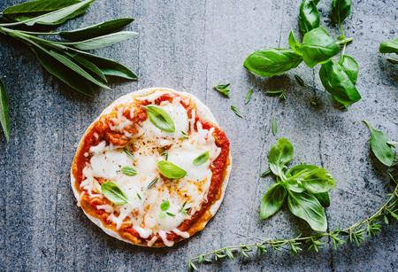 Fresh pizza Фото со стока - 85859559